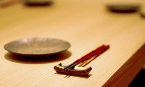 白木のカウンターと小皿と箸置きとお箸